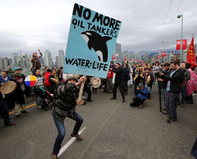 Les groupes de protection de l'environnement sont mobilisés depuis des années contre cette infrastructure, comme lors de cette manifestation à Vancouver, en novembre 2016.