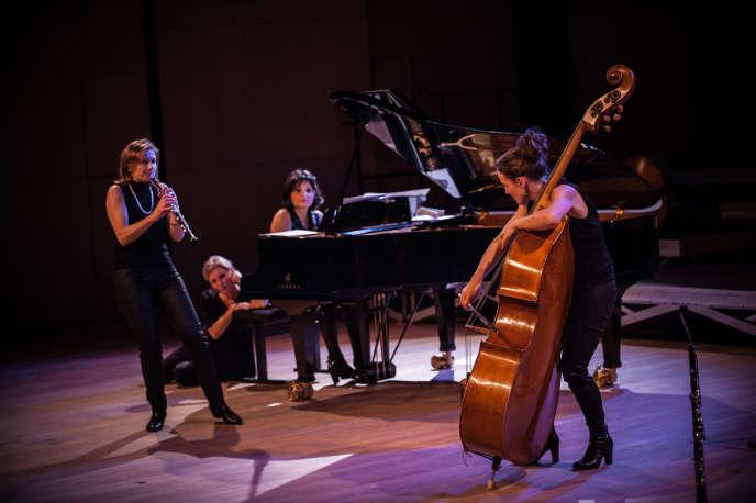 Anne Regnier (hautbois),Anne Baquet (chant),Claude Collet (piano) etAmandine Dehant (contrebasse) dans le spectacle«ABC D'airs» au Lucernaire à Paris.