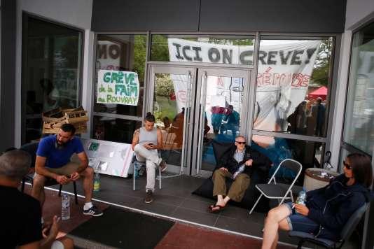 Les grévistes à l'entrée du centre hospitalier universitaire du Rouvray, à Sotteville-lès-Rouen (Seine-Maritime), le 29 mai.