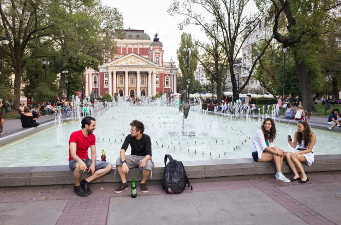 Le Théâtre national Ivan-Vazov et son jardin public, à Sofia, en 2016.