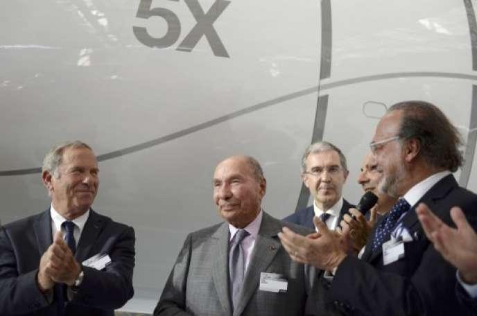 Charles Edelstenne (à gauche), Serge Dassault et son fils Olivier, en juin 2015 devant un Falcon 5X.