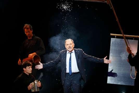 Jean-Pierre Darroussin recevant le Molière du comédien dans le théâtre privé, sur la scène de la Salle Pleyel, à Paris, le 28 mai 2018.