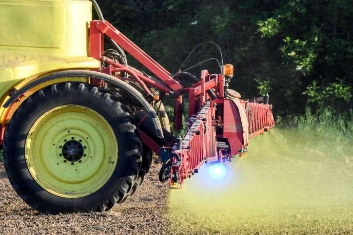 «es propositions visant à interdire l'usage de drones pour épandre des pesticides, à créer des zones de protection autour des habitations ou à créer un fonds d'indemnisation pour les victimes ont toutes été rejetées par les députés, à la demande du gouvernement.»