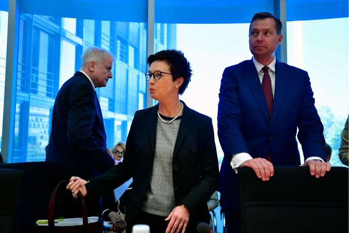 Le gauche à droite : le ministre de l'intérieurHorst Seehofer, la présidente de l'Office fédéral des migrations et des réfugiés (BAMF)Jutta Cordt et lesecrétaire d'Etatà l'intérieur,Stephan Mayer, le 29 mai au Bundestag, à Berlin.