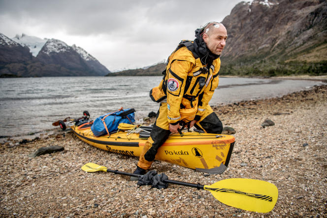 Le début du récit des aventures de Christian Clot nous transporte au milieu des eaux glacées de la Patagonie chilienne, tandis que souffle le terrible williwoo, un vent dont les rafales atteignent jusqu'à 200km/h et qui a l'effet de «mille poignards plantés dans le corps».