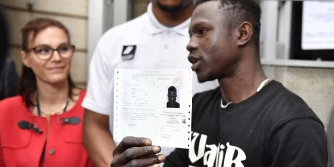 Mamoudou Gassama montre son titre de séjour temporaire délivré par la préfecture de Bobigny, en France, le 29mai 2018.