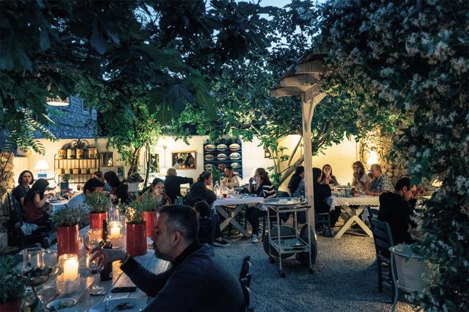 Le restaurant Asma Yapragi, à Alaçati, sert une cuisine familiale et enracinée dans un cadre très bucolique.