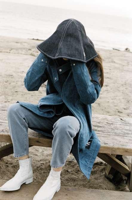Chapeau en jean réversible, Kenzo, La Collection Memento N°2. Manteau etchemise en jean, Calvin Klein. Pantalon en denim, Comptoir des Cotonniers. Boots en cuir, MM6 Maison Margiela.