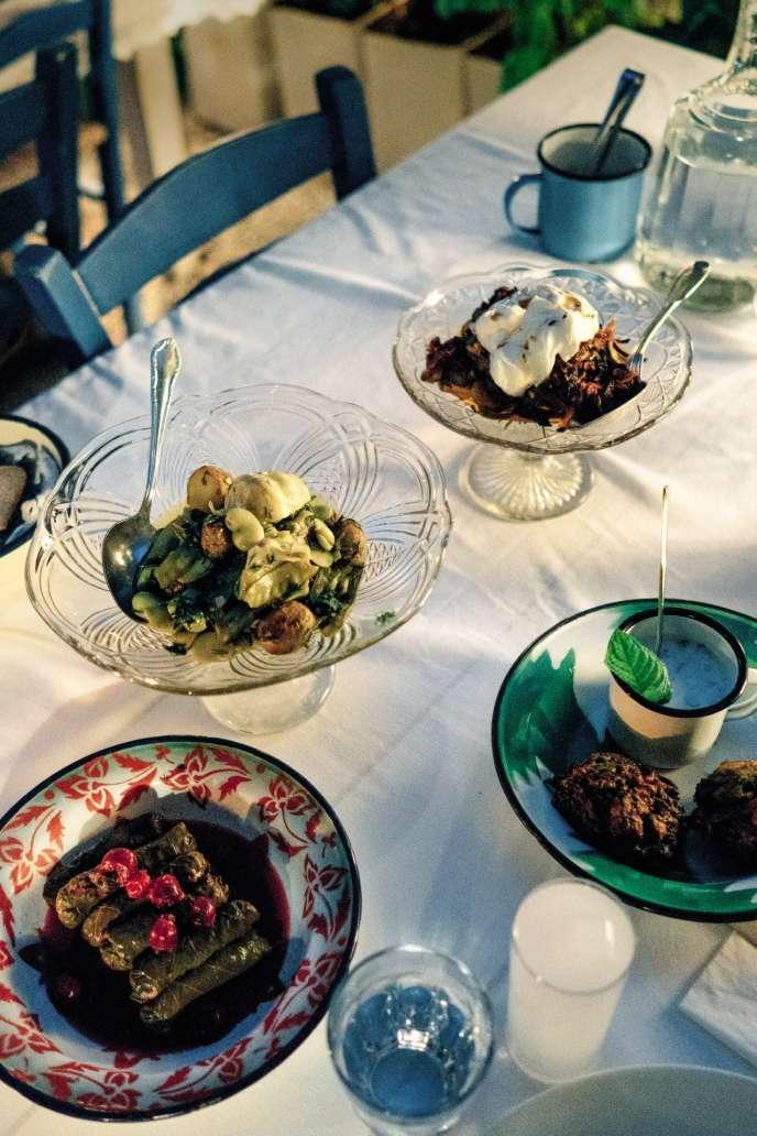 A Alaçati, Ayse Nur travaille avec ses tantes et de nombreuses cuisinières de la région.à la table de son restaurant, Asma Yapraği, elle redonne vie à des classiques oubliés,comme ces sarma, des feuilles de vigne farcies au riz, qu'elle agrémente de cerises.