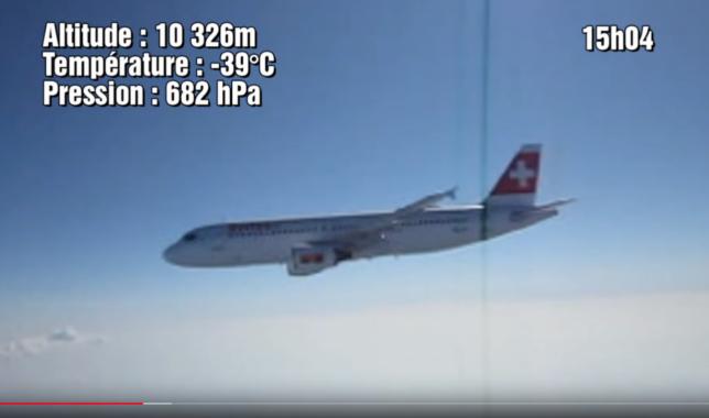 Un avion de ligne filmé par l'une des trois caméras embarquées par le ballon lancé par les élèves d'un lycée de Vesoul, enHaute-Saône.
