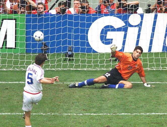 Gianluigi Pagliuca s'incline face à Laurent Blanc lors de la séance de tirs au but enquart du Mondial 1998.