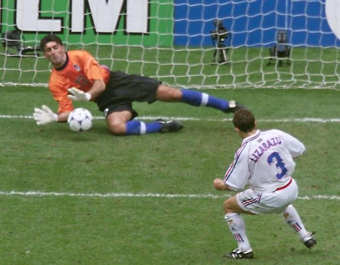 Pagliuca capte le tir au but de Lizarazu en quarts de finale du Mondial 1998.