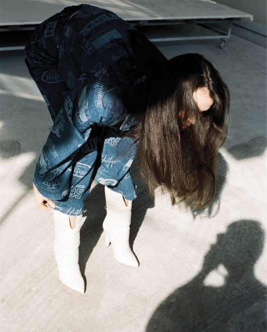 Veste en jean et jean en coton imprimé, Hilfiger Collection. Boots en cuir, Off-White ×Jimmy Choo.