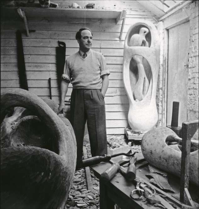 «Henry Moore s'installe, pendant la guerre, à Perry Green dans le hameau de Much Hadham dont il annexe au fur et à mesure différents bâtiments qu'il transforme en ateliers dédiés à des techniques spécifiques. Ce premier atelier est utilisé pour réaliser des sculptures de grand format directement taillées dans le bois. A plusieurs reprises, Moore reprend des œuvres fabriquées en plâtre qu'il transpose dans un autre matériau, comme ici le bois.»