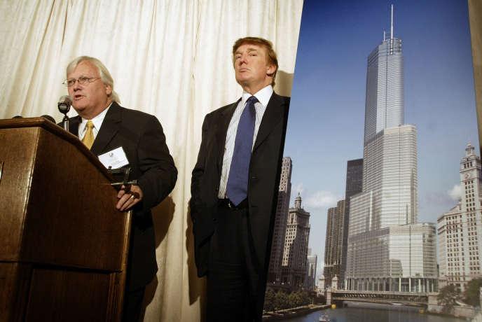 Donald Trump (à droite) et l'architecte Adrian Smith lors d'une conférence de presse pour la construction de la Trump Tower à Chicago (Illinois) en septembre 2003.