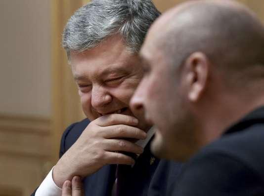 Le président ukrainien, Petro Porochenko, rencontre le journaliste russe Arkady Babtchenko, déclaré mort puis finalement vivant, le 30 mai à Kiev.