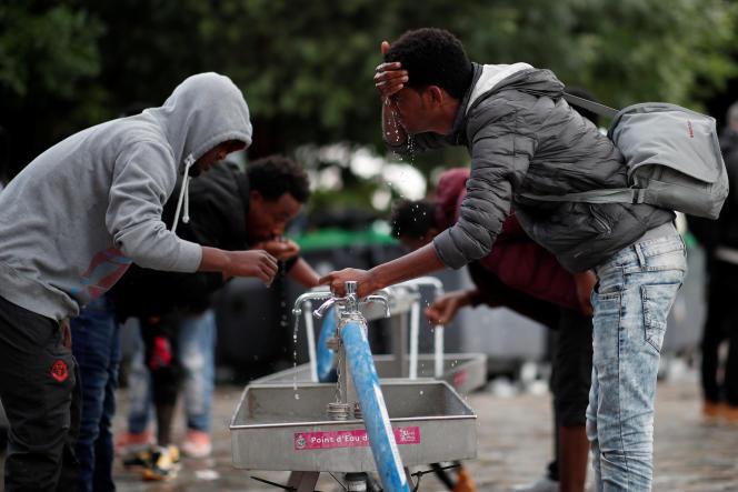 Des migrants dans les rues de Paris, le 30 mai 2018.