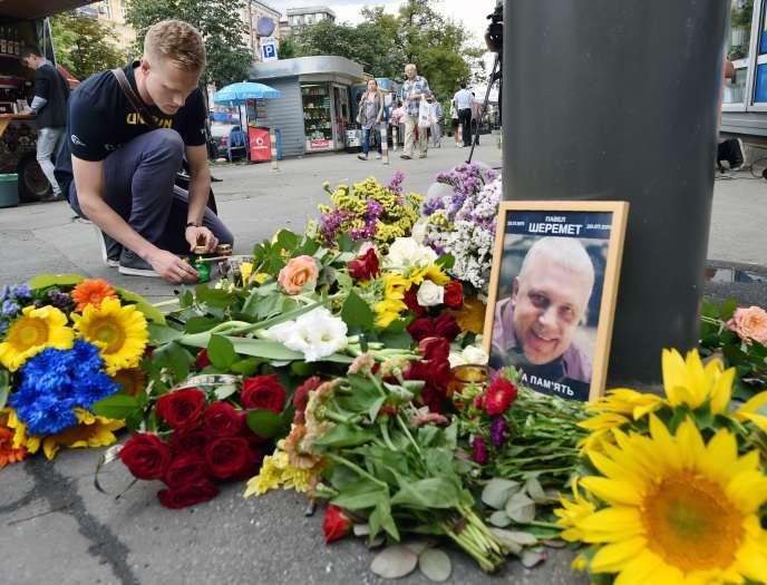 Un homme rend hommage à Pavel Cheremet, assassiné à Kiev le 20juillet 2016.