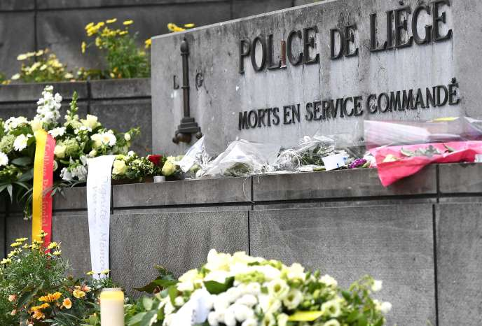 Des fleurs déposées en hommage aux policiers tués la veille, à Liège, le 31 mai.