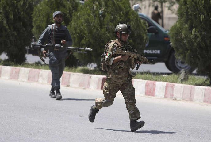 Des forces de sécurité arrivent au ministère de l'intérieur, lors de l'attaque du30mai2018.