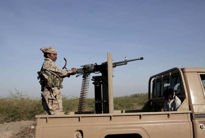 Des militaires soutenus par des forces saoudiennes patrouillent dans Hodeida, au Yémen, en février 2018.