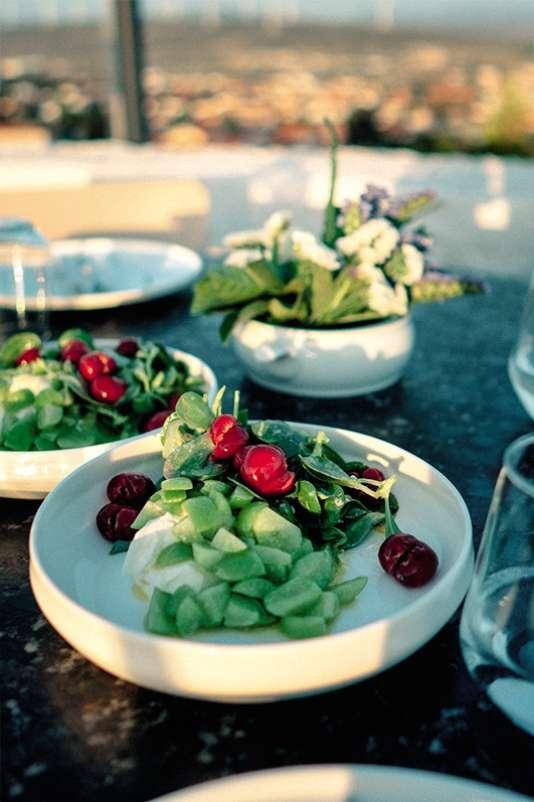 Dans son restaurant d'Alaçati, Yek, Kemal Demirasal, propose une salade de pourpier, kaymak (un fromage crémeux) et erik, des petites prunes typiques de la région.
