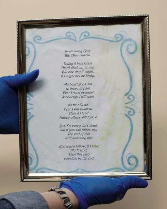 Un poème, un parmi des milliers de messages déposés sur les lieux d'une fusillade.