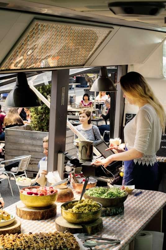 A Ground Control, implanté dans une friche de la SNCF près de la gare de Lyon, on trouve une grande diversité d'offres culinaires.