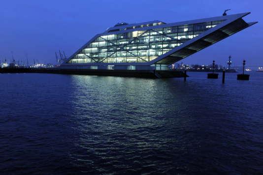 L'immeuble de bureaux Dockland, conçu par le trio d'architectes hambourgeois Bothe, Richter et Teherani, au-dessus de l'Elbe, à Hambourg, en 2009.