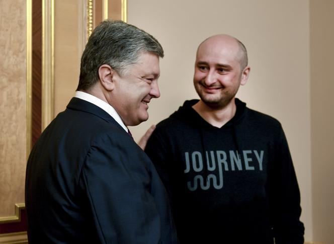 Le journaliste Arkadi Babtchenko reçu par le président ukrainien Petro Porochenko, à Kiev, le 30 mai.