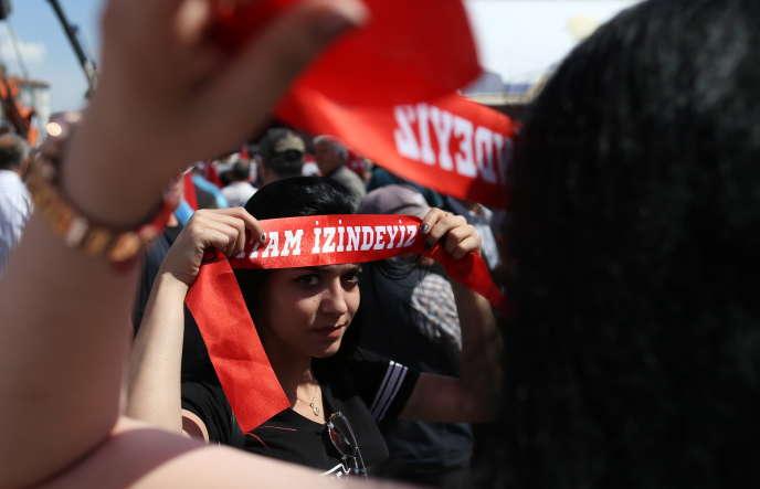 Des militants du Parti républicain du peuple, le 9 mai, à Edirne. Sur le bandeau : « Atatürk, nous te suivons ».