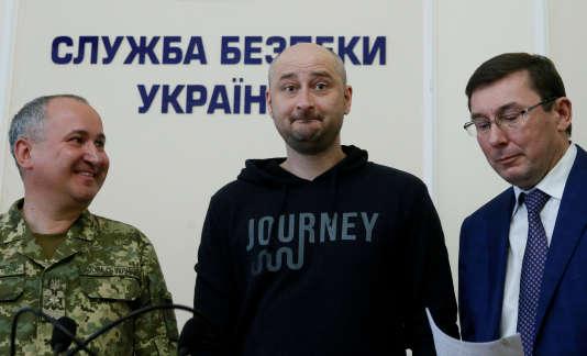 Le journaliste russe Arkadi Babtchenko apparaît lors de la conférence de presse des autorités ukrainiennes, à la surprise des journalistes présents, entouré du chef du SBU, Vassyl Grytsak (à gauche) et du procureur général Iouri Loutsenko (à droite), à Kiev, le 30mai 2018.