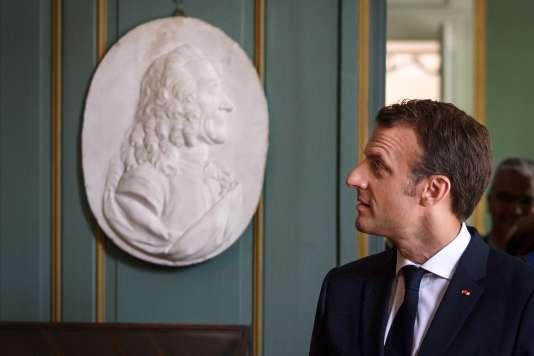 Emmanuel Macron devant le buste de Voltaire (1694-1778), au Château de Ferney-Voltaire. 31 mai 2018 / AFP / Fabrice COFFRINI