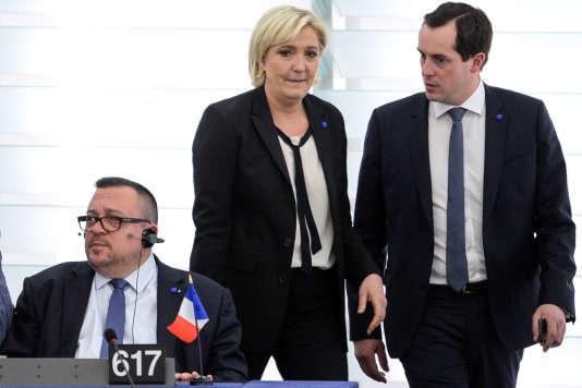 La présidente du FN, Marine Le Pen, et le secrétaire général du parti, Nicolas Bay, au Parlement européen de Strasbourg, le 5 avril 2017.
