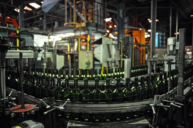 Des bouteilles à la verrerie d'Albi (Tarn) de Verallia, le 17 juin 2015.