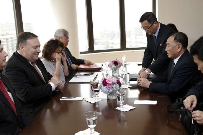 Mike Pompeo, le secrétaire d'Etat américain, face àKim Yong-chol, le vice-président du comité central du parti du travail au pouvoir à Pyongyang, le 31 mai 2018, à New York.