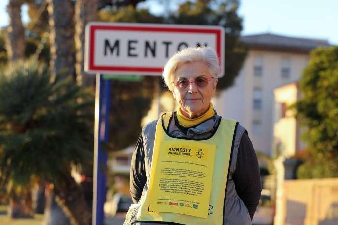 La bénévole pour l'ONG Amnesty International, Martine Landry, à Menton, ville des Alpes-Maritimes frontalière avec l'Italie, en décembre 2017.