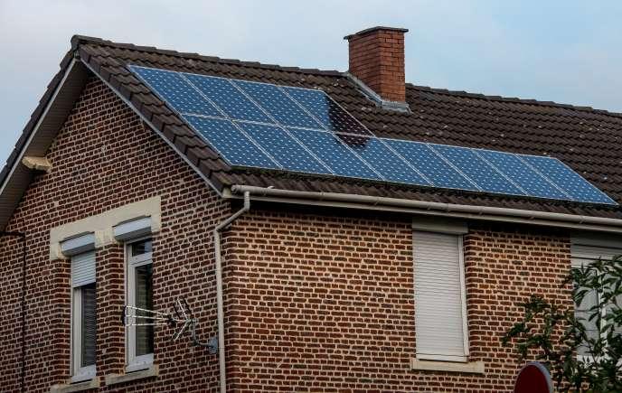 Panneaux photovoltaïques sur le toit d'une maison individuelle, à Loos-en-Gohelle (Pas-de-Calais), en 2016.