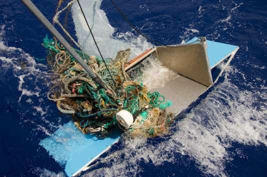 Des plastiques flottant dans le vaste tourbillon de déchets de l'océan Pacifique, qui est plus grand que la France, l'Allemagne et l'Espagne réunies.