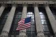 « La banque centrale va devoir vendre davantage de bons du trésor, au moment même où la politique de Donald Trump creuse le déficit budgétaire» (Le drapeau américain flotte sur le New York Stock Exchange, à Wall Street).