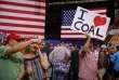Lors d'un meeting de Donald Trump, à Nashville, le 29 mai. « J'aime le charbon », peut-on lire sur l'affiche.