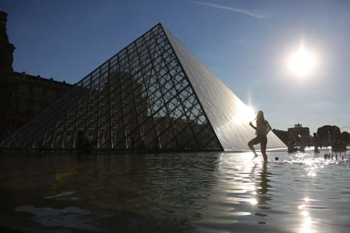 La pyramide du Louvre, en juillet 2016.