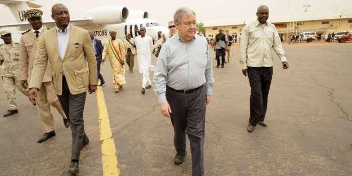 Le secrétaire général des Nations unies, Antonio Guterres, et le ministre malien des affaires étrangères,Tiéman Hubert Coulibaly (à gauche), à Sévaré, au Mali, le 30mai.