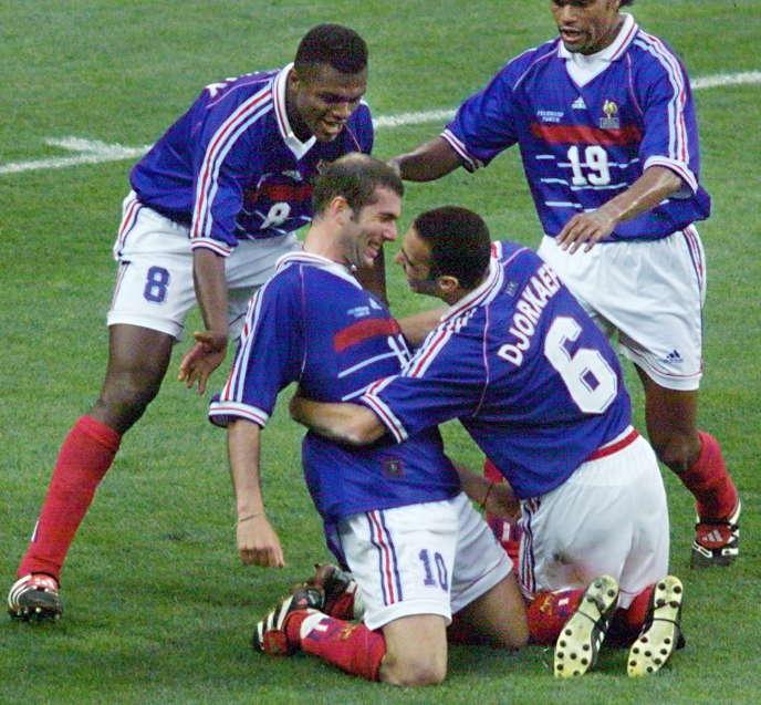 Youri Djorkaeff, Marcel Desailly et Christian Karembeu célèbrent le second but de Zinedine Zidane, le 12 juillet 1998.