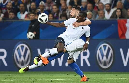 Paul Pogba à la lutte avec l'Italien Danilo D'Ambrosio, le 1er juin à Nice.