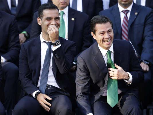 Le capitaine de l'équipe du Mexique,Rafael Marquez (à gauche), aux côtés du président mexicain, Enrique Peña Nieto, lors de la présentation de l'équipe pour la Coupe du monde, le 31mai 2018.