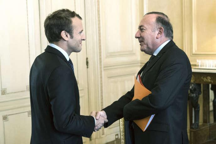 «Les entreprises multinationales ne voient pas l'utilité d'adhérer à une organisation nationale, les prises de décision se faisant à Bruxelles ou ailleurs» (Le président Emmanuel Macron et le patron du Medef, Pierre Gattaz, à l'Elysée, le 12 octobre 2017).