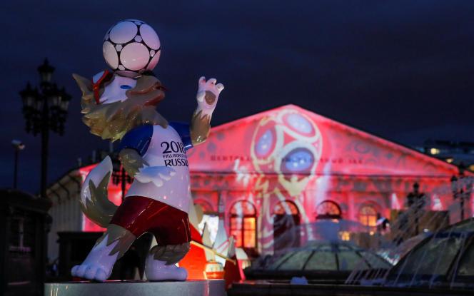 Malgré les nombreuses mesures restrictives mises en place par le Kremlin, un air festif se répand petit à petit en Russie qui accueille la Coupe du monde2018 de football. Ici, la mascotte du Mondial devant le manège de Moscou, le 31mai.