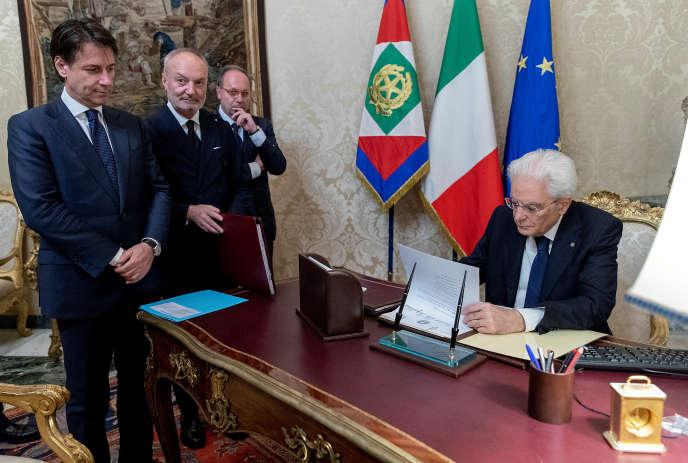Le président italien, Sergio Mattarella, lors de la signature du « décret d'acceptation » faisant de Giuseppe Conte le premier ministre, le 31 mai au palais du Quirinal, à Rome.