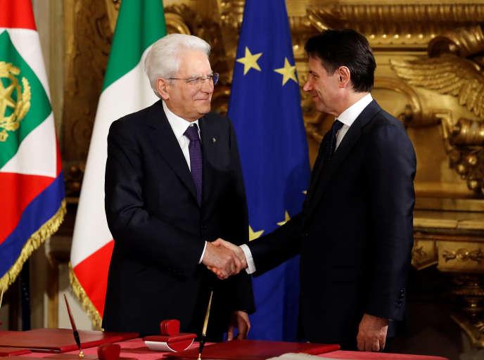 Le président italien Sergio Mattarella et le nouveau président du conseil Giuseppe au palais Quirinal de Rome vendredi.